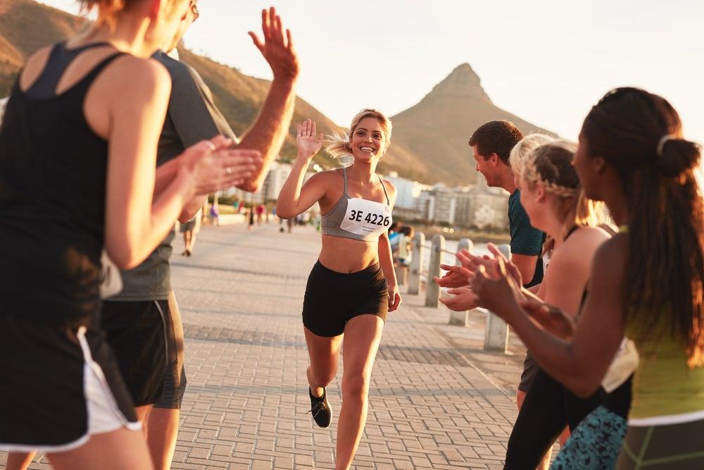 mujer corriendo y trabajando la felicidad sostenible