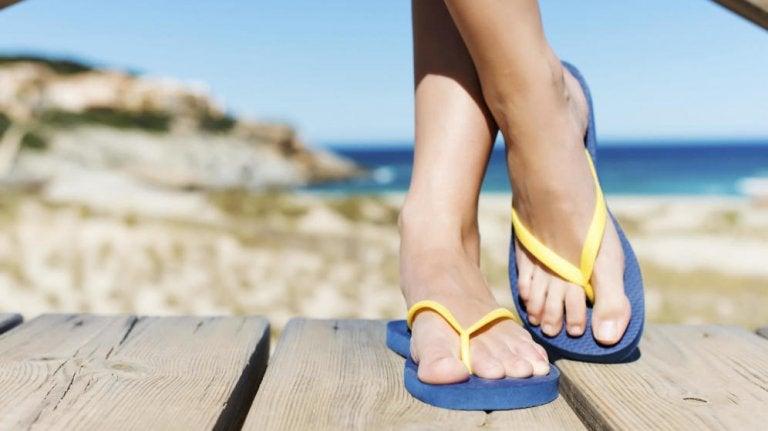 Las chanclas playeras y los posibles problemas en los pies
