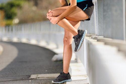 Mujer deportista sujetándose la rodilla