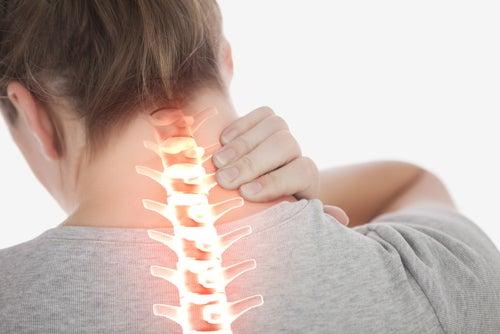 Mujer con dolores de cuello
