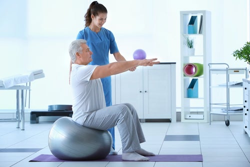 Paciente con artritis en rehabilitación