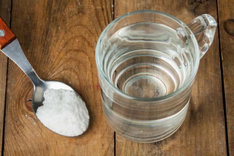 Gárgaras de agua con sal y otros remedios para mitigar el dolor de garganta
