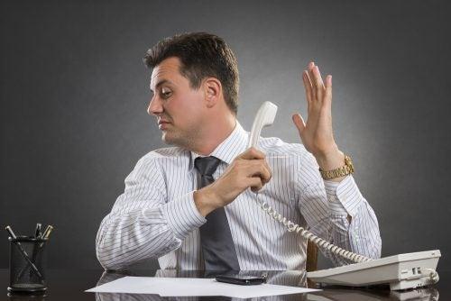 hombre-ignorando-llamada