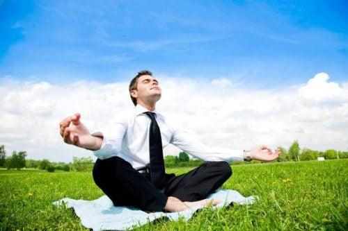 Hombre meditando al aire libre