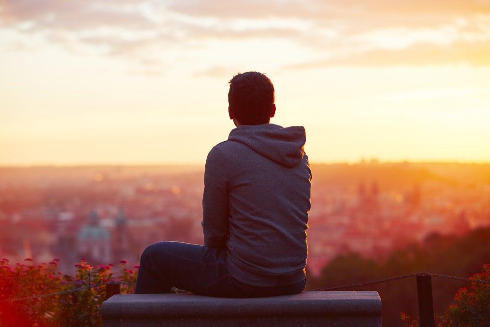 Hombre pensativo mirando el paisaje