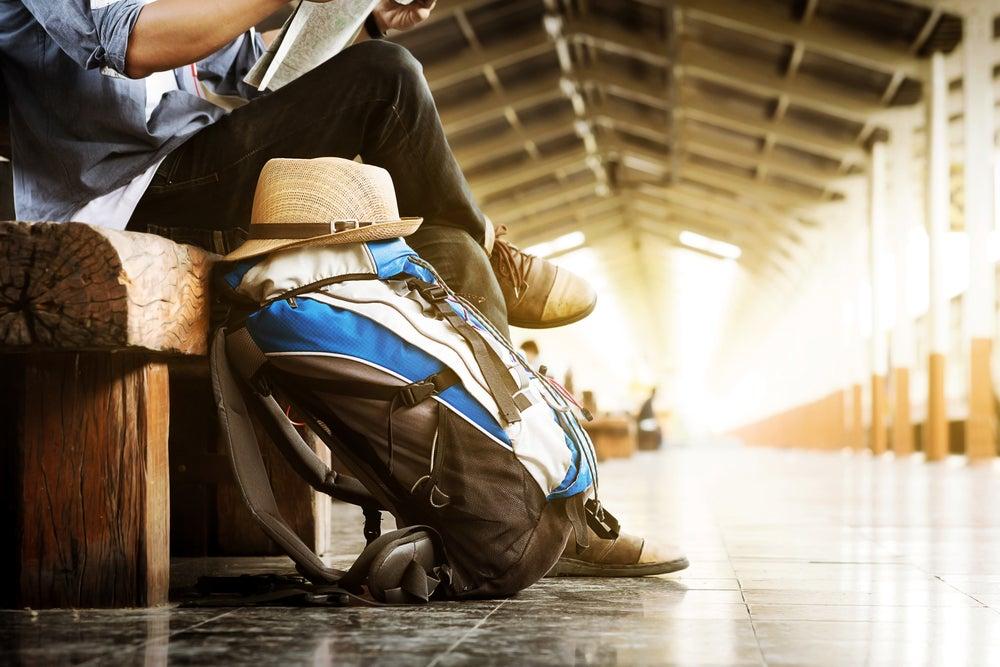 Hombre preparado con mochila para viajar.