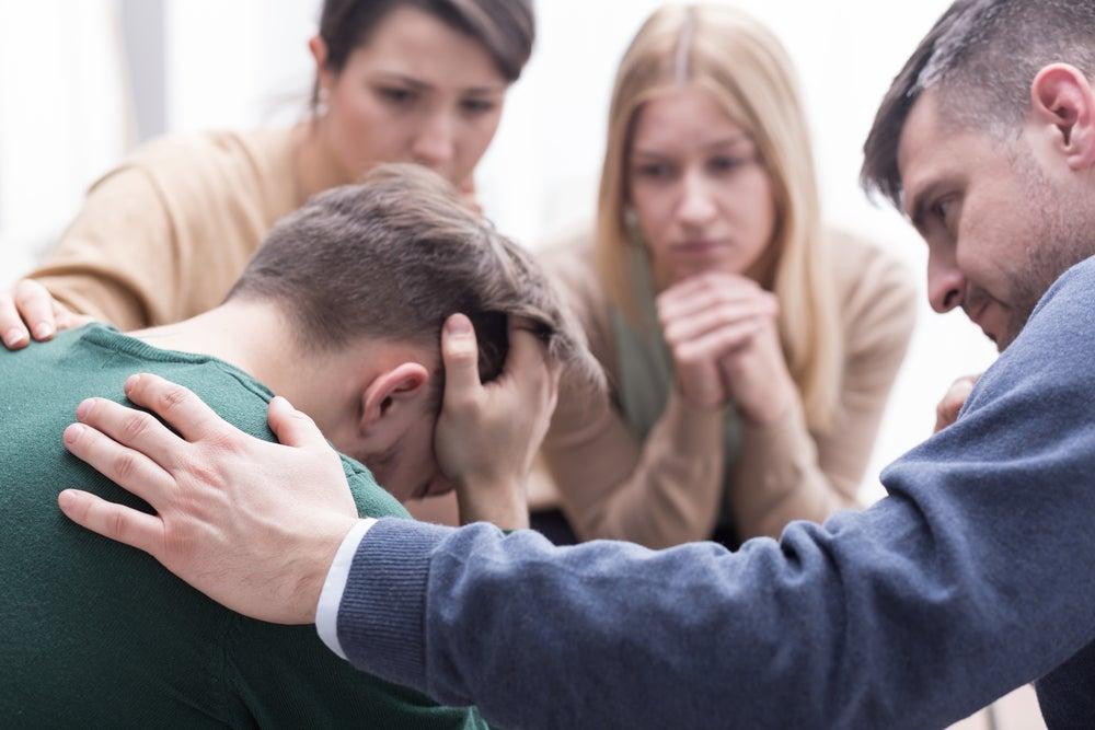 hombre-recibiendo-apoyo-de-sus-amigos
