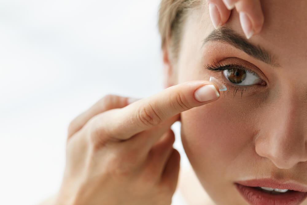 cómo colocarse lentes de contacto blandas