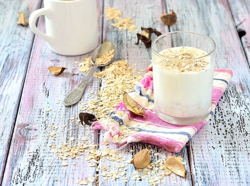 Los beneficios de consumir leche de avena