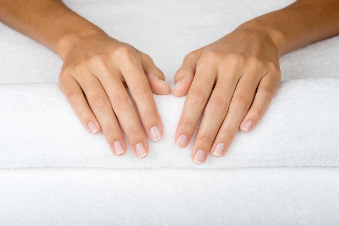 manos con uñas sanas libres de Coiloniquia