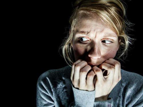 Mujer aterrorizada