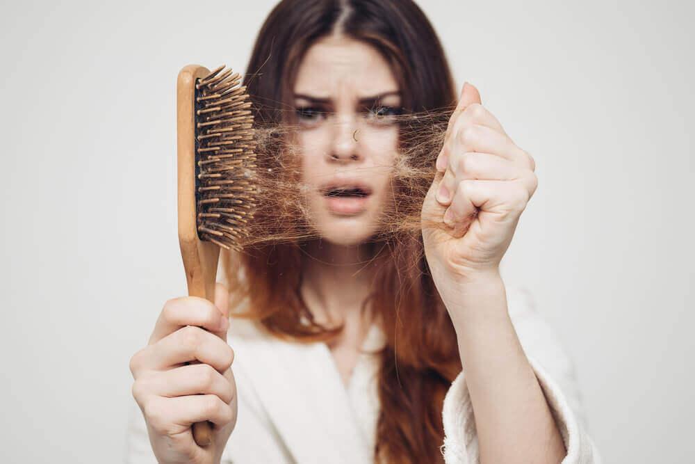Razones por las que se te puede estar cayendo el cabello