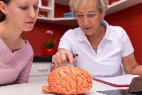 Doctora explicando a su paciente en qué consiste la esclerosis múltiple