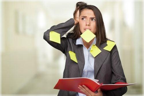 mujer que sufre la ansiedad y el estrés