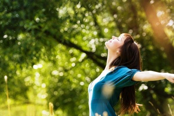 Mujer feliz que se libera de la ansiedad y el estrés