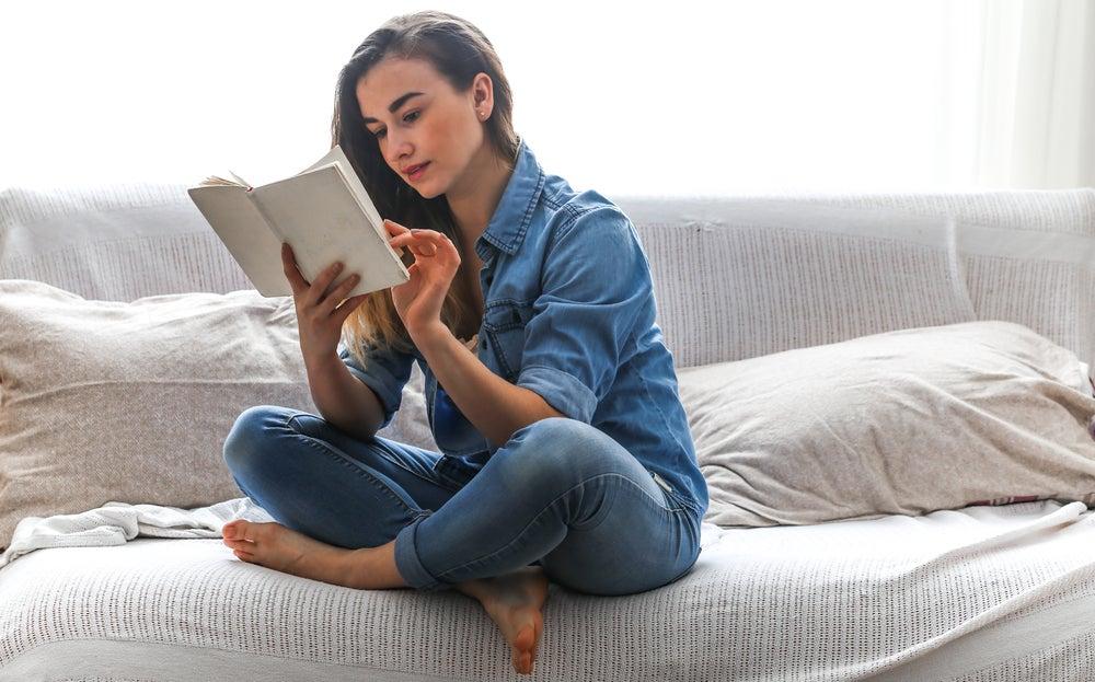 mujer-leyendo-en-la-cama
