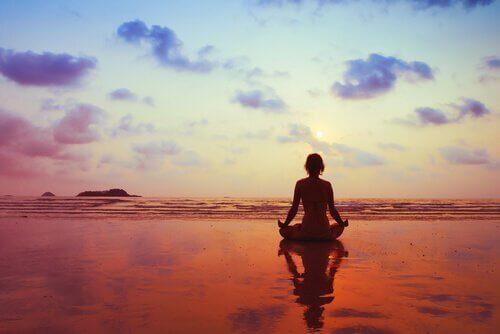 Mujer meditando mirando al horizonte