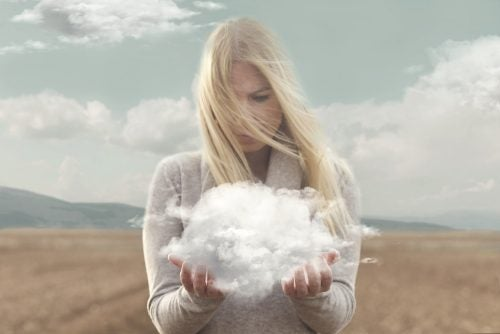 Mujer mirando nube entre sus manos y que piensa en no estresarse