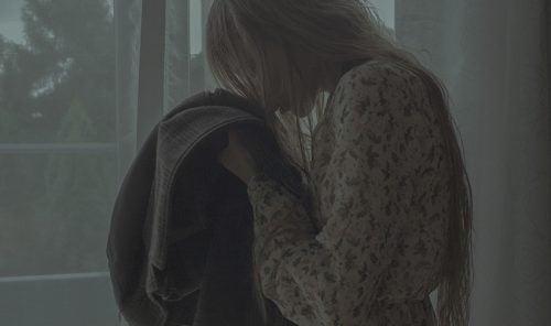 Mujer oliendo una chaqueta
