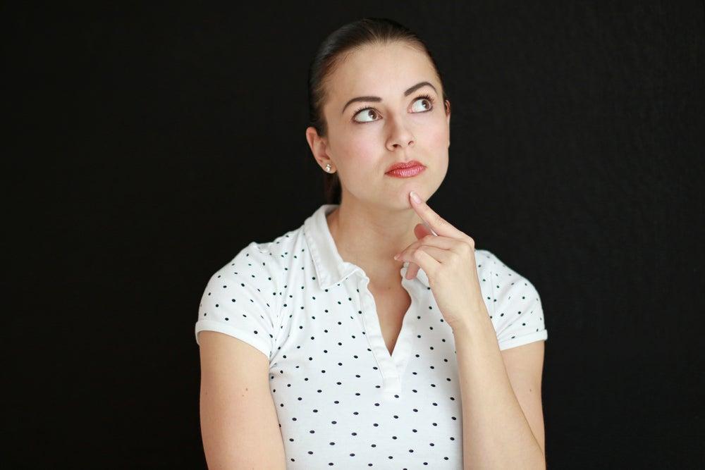 Una mujer segura de sí misma dice lo que piensa