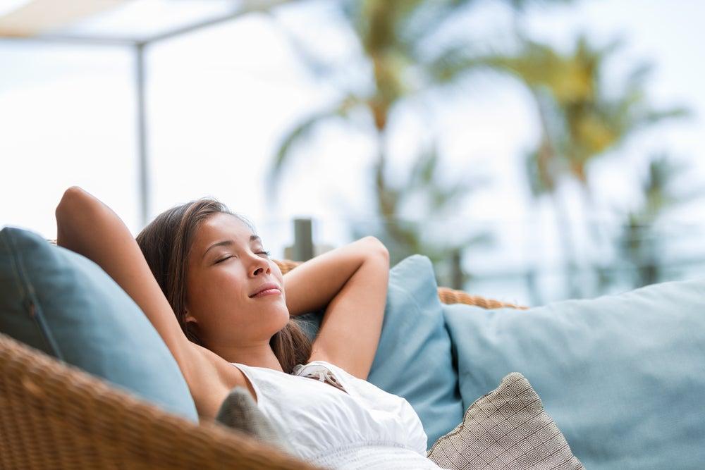 Mujer tranquila disfrutando el silencio como terapia