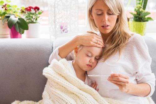 Madre midiendo la fiebre de su hija