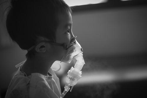 Niño sometido a tratamiento de la neumonía
