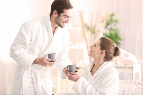 personas sumisas tomando cafe