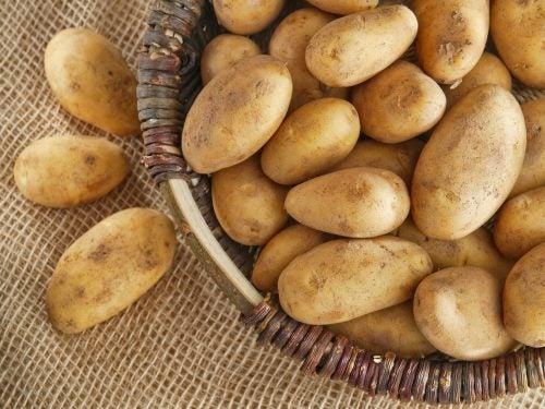cesta con patatas