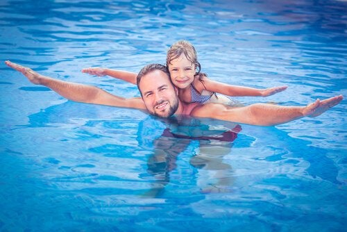 Padre e hija en la piscina