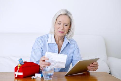 Señora leyendo la posología del ibuprofeno