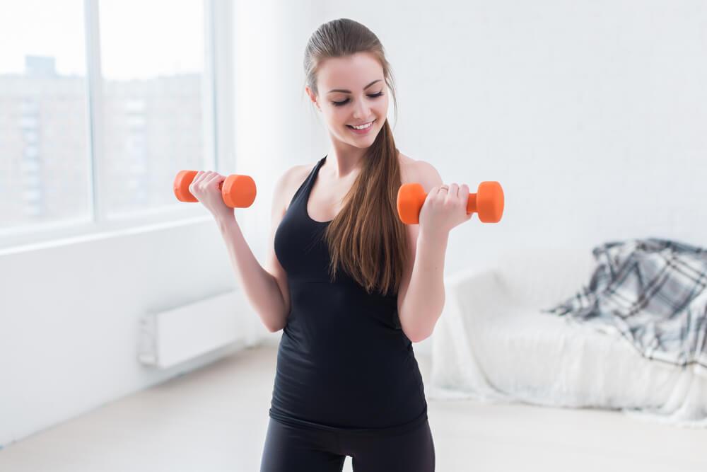 Los curl de bíceps te ayudarán a tener brazos más tonificados