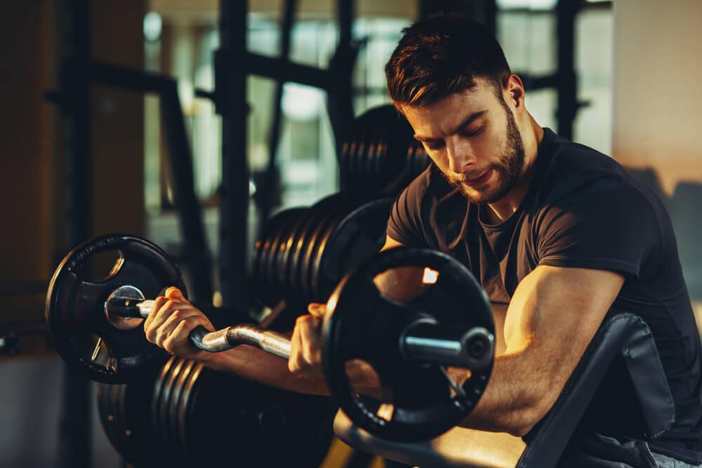 Curl concentrado para aumentar los bíceps