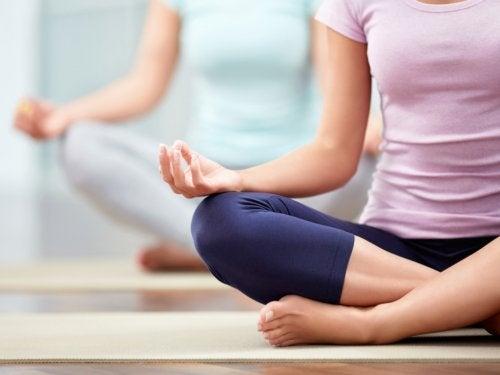 yoga para reducir el estrés e hipertiroidismo