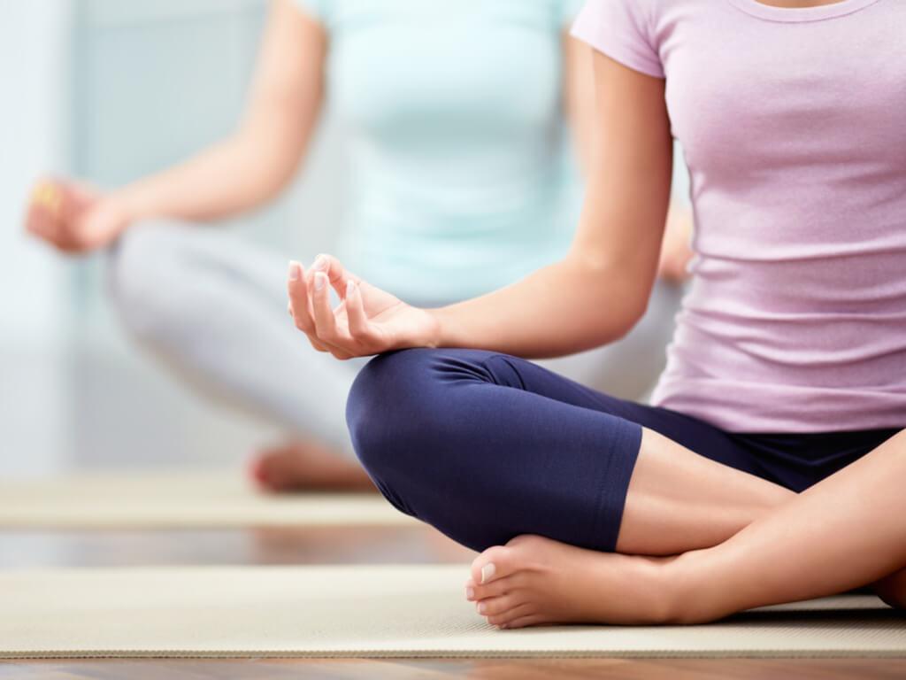 Mujer practicando yoga para el dolor de espalda