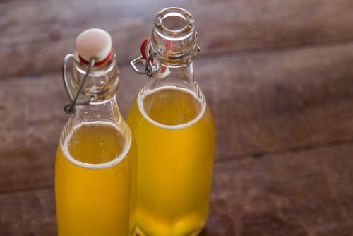 Botella con té de kombucha