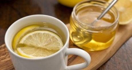 Taza de infusión de miel con limón para la picazón de garganta