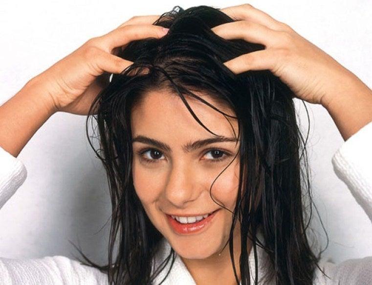masajea el cuero cabelludo para frenar la caída del pelo