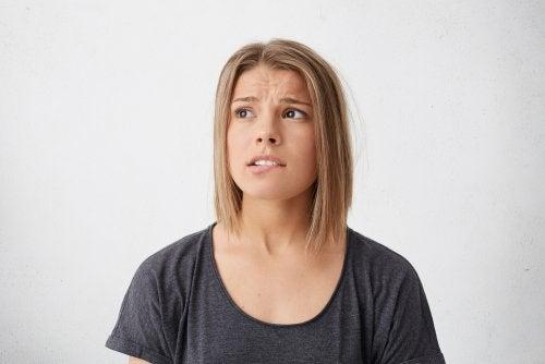 El comportamiento extraño es uno de los síntomas más frecuentes de una crisis nerviosa