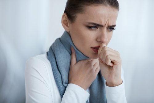 La tos es uno de los síntomas de la pulmonía