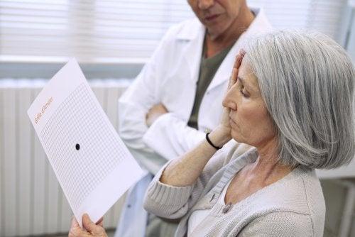 Mujer realizando en control con el oftalmólogo