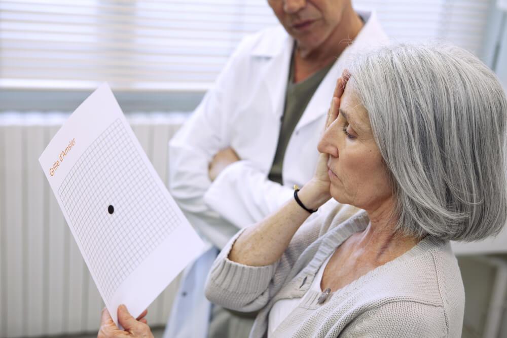 Mujer en la consulta de oftalmólogo.