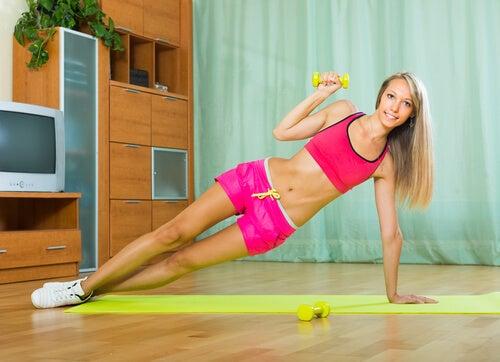 Flexiones de brazos con rotaciones de torso