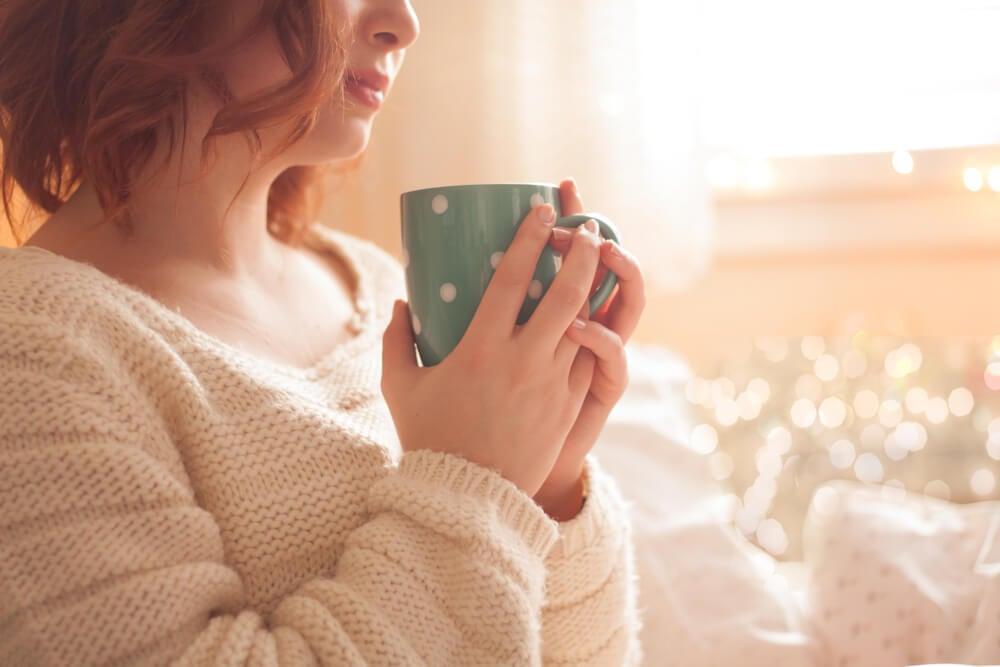 Mujer con bebida caliente para evitar la hipotermia