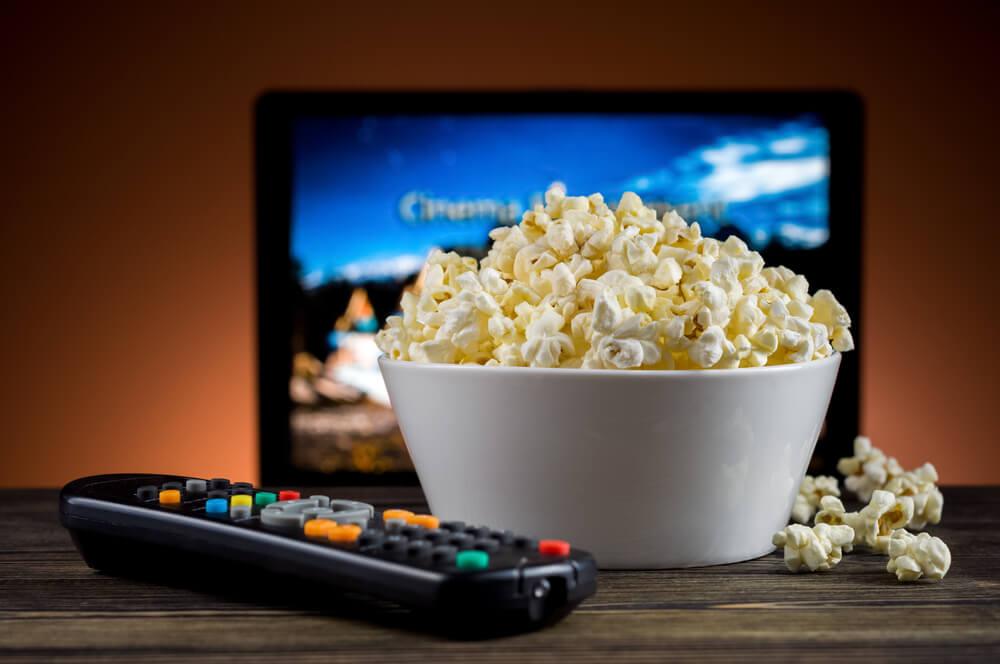 Ver cine en casa.