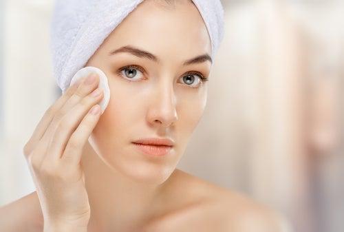 Mujer limpiándose el rostro