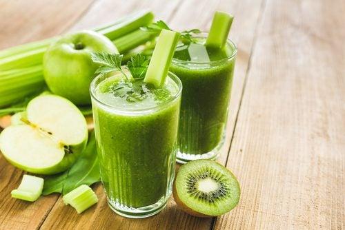 Batido verde y verduras: kiwi, manzanay apio.
