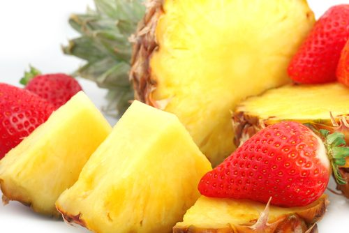 Combina la fresa, piña y limón como exfoliante