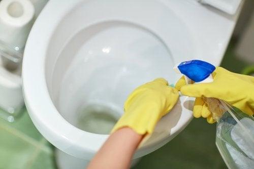 Por dónde empezar a desinfectar el baño