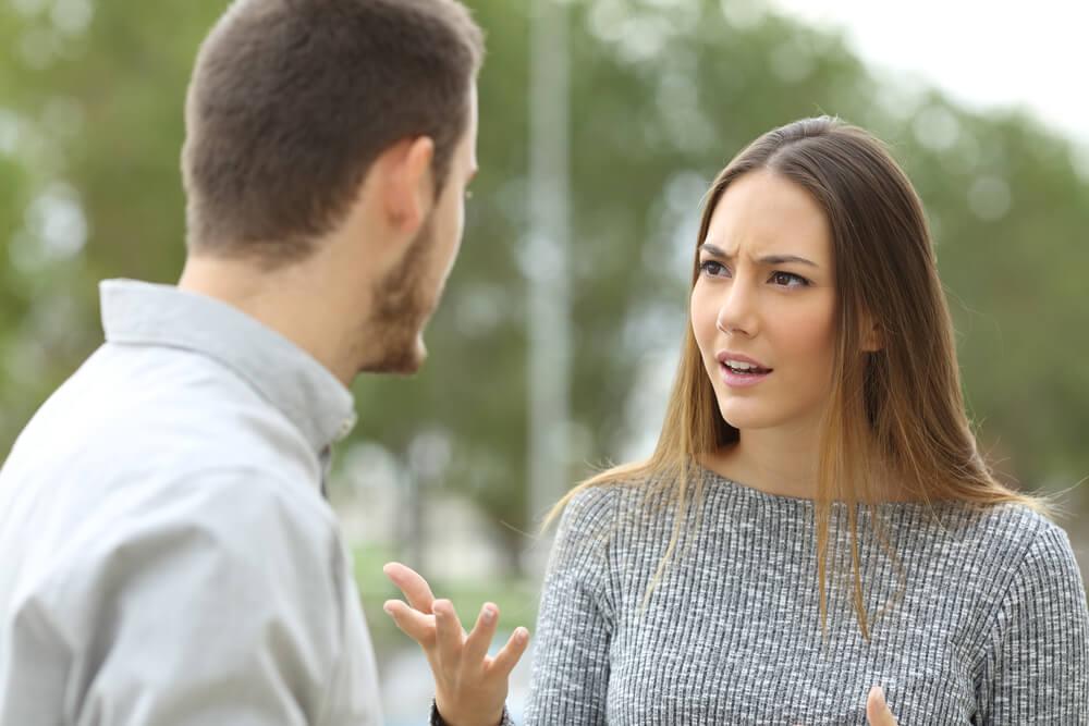 Femme en colère avec son partenaire.